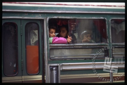 Otroci na avtobusu ob odhodu iz Damaska. / Children on the bus leaving Damascus.
