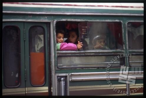 Otroci na avtobusu ob odhodu iz Damaska. / Children on the bus leaving Damascus.