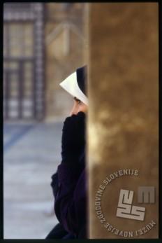 Dekle v Veliki ali Omajadski mošeji v Alepu. / A girl in the Great or the Umayyad Mosque in Aleppo.