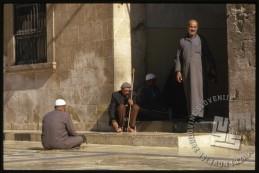 Možje na vhodu v Omajadsko mošejo v Alepu, ki je danes močno poškodovana. / Men at the entrance to the Umayyad Mosque in Aleppo. The mosque is ruined today.