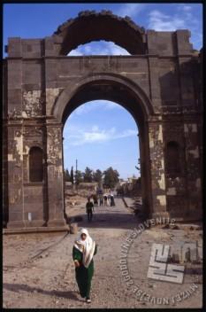 Bosra je mesto v južni Siriji, v bližini meje z Jordanijo. V rimskem času je bila znana po kovnici denarja, v času bizantisnkega cesarstva je bila pomembno krščansko središče, v 7. stoletju so jo osvojili Arabci. / Bosra is a city in the south of Syria, close to the border with Jordan. In the Roman times it was famous for the mint coins; during the Byzantine Empire it was an important Christian centre; whereas in the 7th century it was concurred by the Arabians.