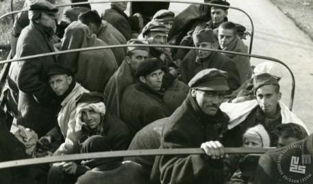 Taboriščniki se vračajo iz KT Mauthausen-zunanje taborišče Ebensee, 18. junij 1945. Foto: Slavko Smolej
