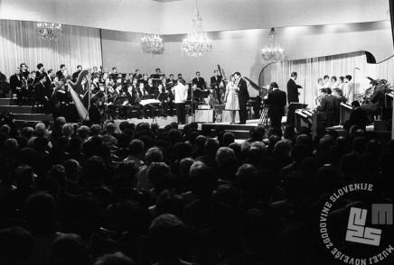 MC651009_26: Pogled na polno dvorano in nastopajoče. Opatija, oktober 1965. Foto: Marjan Ciglič.
