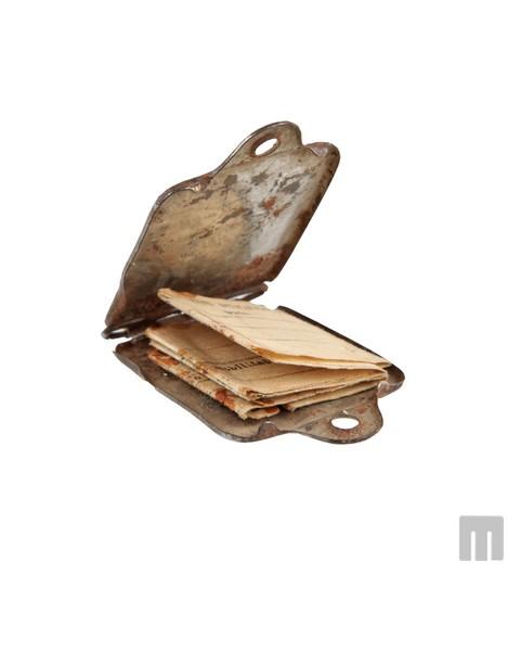 Identifikacijski obesek italijanskega vojaka Antona Poklarja iz Podgraj (Muzeju novejše zgodovine Slovenije podaril Joško Dekleva).