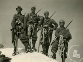 Virgilij Tavčar iz Sežane s pripadniki smučarskega bataljona, nad Aosto, julij 1939 (hrani Virgilij Tavčar).