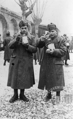 Milan Širca iz Krajne vasi na Krasu (desno) in Žarko Živec iz Skopega na Krasu med obedom v italijanski vojski, Padova, 1942 (Muzeju novejše zgodovine Slovenije podaril Milan Širca).