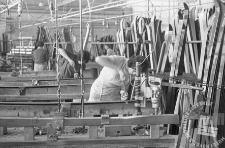 MC651106_60: Delavke v obratu Elana, Begunje na Gorenjskem, november 1965, foto: Marjan Ciglič.