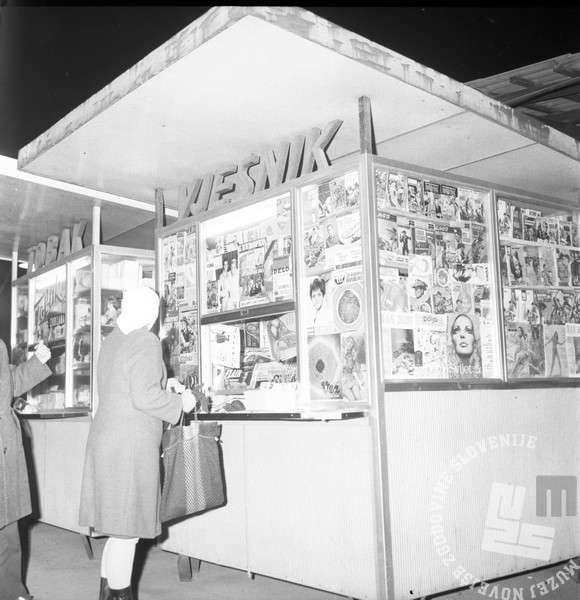 MC6812_014: Kiosk na ljubljanski ulici. Ljubljana, december 1968. Foto: Marjan Ciglič, hrani: Muzej novejše zgodovine Slovenije.