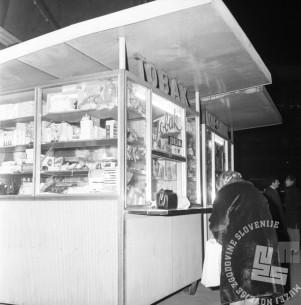MC6812_015: Kiosk na ljubljanski ulici. Ljubljana, december 1968. Foto: Marjan Ciglič, hrani: Muzej novejše zgodovine Slovenije.