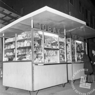 MC6812_016: Kiosk na ljubljanski ulici. Ljubljana, december 1968. Foto: Marjan Ciglič, hrani: Muzej novejše zgodovine Slovenije.