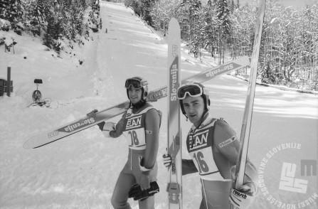 BB951_9: Republiško prvenstvo v Planici, 23. 12. 1990. Franci Petek (št. 18) in Primož Ulaga (št. 16). Foto: Nace Bizilj.