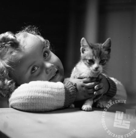 BŠ452_011: Hči Jana z mačko, 1948 - 1951.