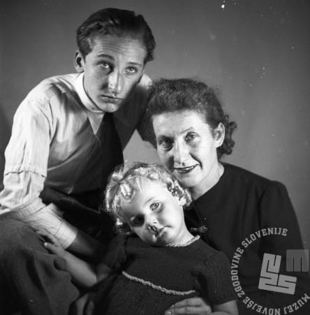 BŠ497_002: Družina Štajer. Z leve sin Božo Jakob, hči Jana, žena Franja roj. Keržan.