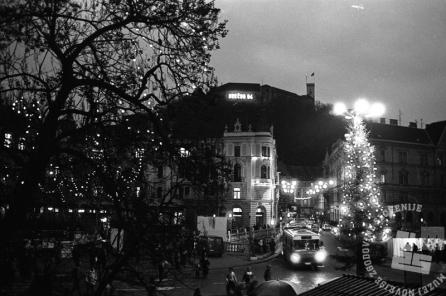DE7406_1: Sneg v Ljubljani, 30. december 1983. Foto: Dragan Arrigler, hrani Muzej novejše zgodovine Slovenije.