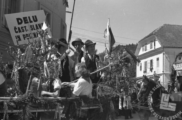 FS3230_26a: Okrašeni vozovi na prvomajski paradi. Kranj, 1. maj 1946.