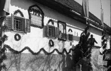 FS4702_14: Okrašeno pročelje rojstne hiše pesnika Franceta Prešerna ob stoletnici njegove smrti. Vrba, 8. februar 1948.