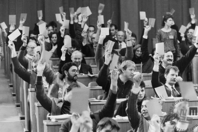 NB 900_41: Glasovanje o zakonu o plebiscitu v slovenski skupščini, 6.12.1990. Foto: Nace Bizilj, hrani: MNZS.