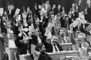 NB 900_47: Glasovanje o zakonu o plebiscitu v slovenski skupščini, 6.12.1990. Foto: Nace Bizilj, hrani: MNZS.