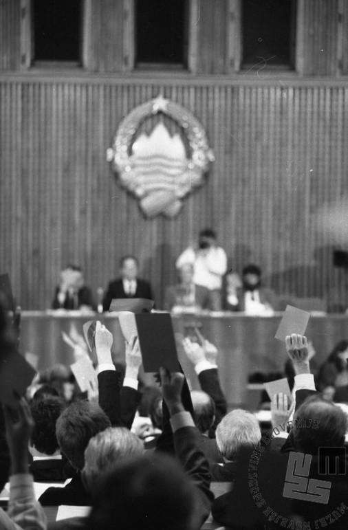 NB82_15: Glasovanje o zakonu o plebiscitu v slovenski skupščini, 6.12.1990. Foto: Nace Bizilj, hrani: MNZS.