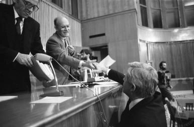 NB82_21: Dr. France Bučar in Milan Kučan se rokujeta po sprejemu zakona o plebiscitu, 6.12.1990. Foto: Nace Bizilj, hrani: MNZS.