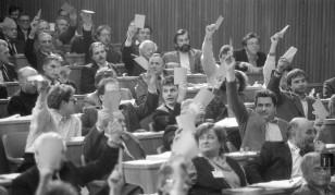 NB82_5: Glasovanje o zakonu o plebiscitu v slovenski skupščini, 6.12.1990. Foto: Nace Bizilj, hrani: MNZS.
