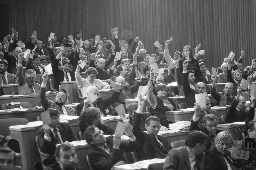 NB82_9: Glasovanje o zakonu o plebiscitu v slovenski skupščini, 6.12.1990. Foto: Nace Bizilj, hrani: MNZS.