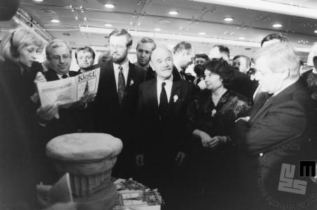NB919_20_Lojze Peterle, dr. France Bučar, Spomenka Hribar in Milan Kučan ob repliki knežjega kamna, 23.12.1990. Foto: Nace Bizilj.