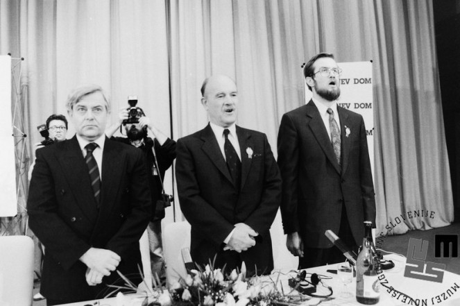 NB920_71_Petje Zdravljice po neuradnem izidu plebiscita, Lojze Peterle, dr. France Bučar in Milan Kučan v Cankarjevem domu v Ljubljani, 23.12.1990. Foto: Nace Bizilj.