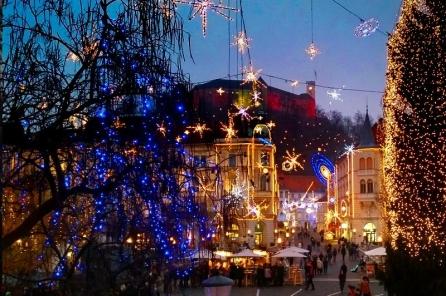 Praznični Prešernov trg, kjer avtobusi več ne vozijo, ker je zaprt za promet, december 2015. Foto: Turizem Ljubljana.