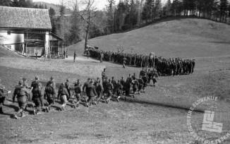 TN789_8: Miting borcev jurišnega bataljona XXX. divizije. Jurišni bataljon prihaja na zbirno mesto, Goriška, 4. maj 1945.