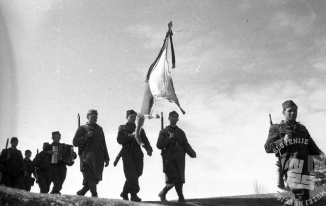 TN789_9: Miting borcev jurišnega bataljona XXX. divizije. Jurišni bataljon prihaja na zbirno mesto, Goriška, 4. maj 1945.