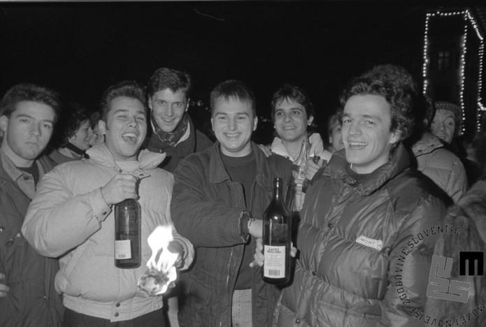 TS 90923-12_Veselje mladih po izidu plebiscita, 23.12.1990. Foto: Tone Stojko.
