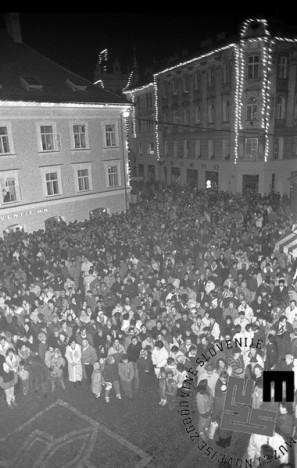 TS 90924-32_Množica na Mestnem trgu v Ljubljani, 23.12.1990. Foto: Tone Stojko.