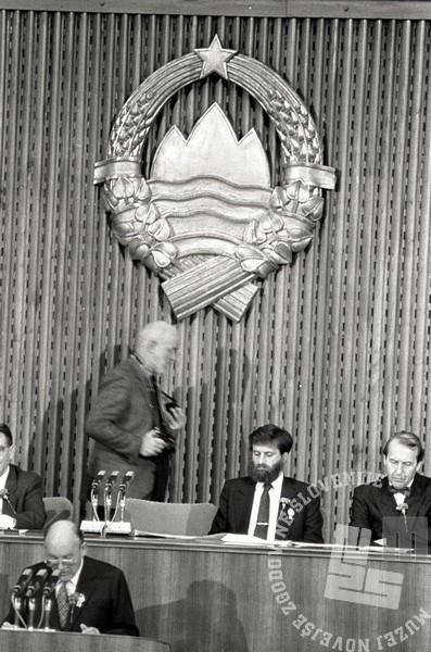 TS90 917-14: Priponke so se pojavile na prsih mnogih znanih podpornikov plebiscita: Vane Goršnik. Foto: Tone Stojko.