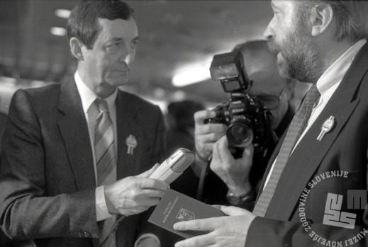 TS90 920-34: Priponke so se pojavile na prsih mnogih znanih podpornikov plebiscita: novinar Janez Čuček in dr. Dimitrij Rupel. Foto: Tone Stojko.