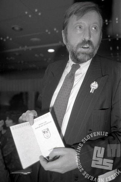 TS90 924-8: Dr. Dimitrij Rupel je 23. 12. 1990 predstavil tudi slovenski potni list. Foto: Tone Stojko.