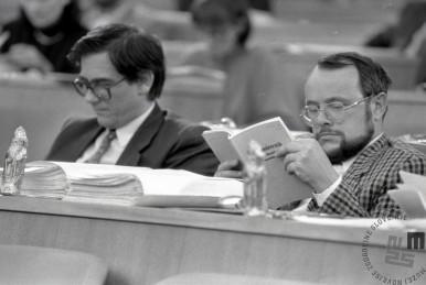 TS90 950-15: Dr. Rajko Pirnat in Anton Tomažič ter čokoladni Miklavžki v skupščini na dan glasovanja o zakonu o plebiscitu, 6.12.1990. Foto: Tone Stojko, hrani: MNZS.