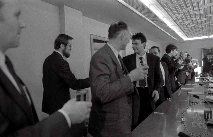 TS90 951-20: Nazdravljanje po glasovanju o zakonu o plebiscitu v slovenski skupščini, 6.12.1990. Foto: Tone Stojko, hrani: MNZS.