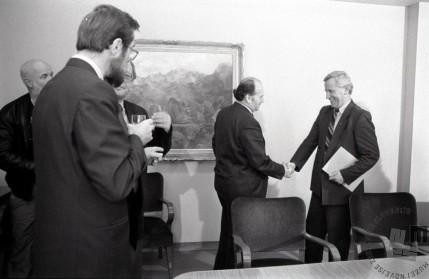 TS90 951-21: Dr. Jože Pučnik in Viktor Žakelj po glasovanju o zakonu o plebiscitu v slovenski skupščini, 6.12.1990. Foto: Tone Stojko, hrani: MNZS.