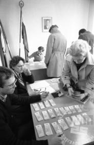 DE7351/113: Delitev bencinskih bonov, 20. 12. 1982, Ljubljana. Foto: Dragan Arrigler, fond časopisne hiše Delo, hrani MNZS.