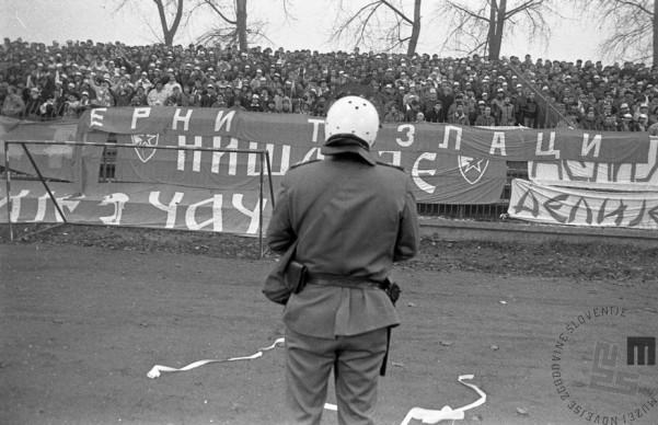 Nogometna tekma Olimpija: Crvena zvezda je zaradi razgretih političnih strasti potekala ob strogih varnostnih ukrepih. Zmagala je Olimpija, Ljubljana,11. 11. 1989, foto: Tone Stojko.
