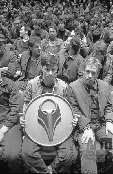 Stavkajoči litostrojski delavci v ljubljanskem Cankarjevem domu, 9. 12. 1987, foto: Tone Stojko.