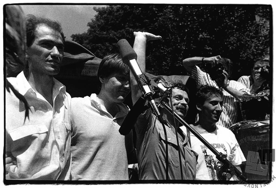 Četverica (od leve proti desni: Janez Janša, David Tasić, Ivan Borštner in Franci Zavrl) po zaključku sojenja, Ljubljana, 27. 7. 1988, foto: Tone Stojko.