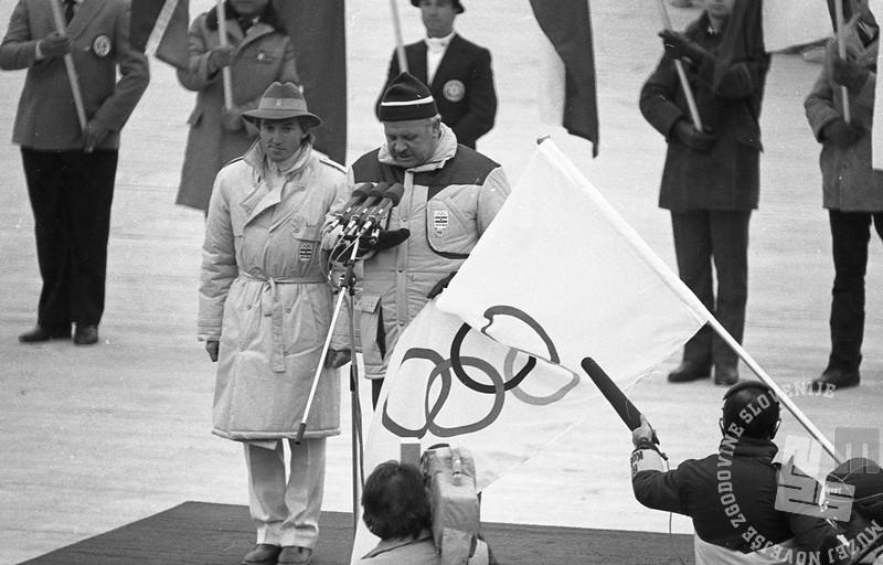 DE6662/4 Odprtje 14. zimskih olimpijskih iger v Sarajevu, alpski smučar Bojan Križaj (levo) je v imenu športnikov prisegel v slovenskem jeziku 8. 2. 1984, foto: Janez Pukšič, zbirka časopisne hiše Delo.