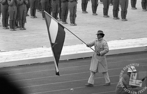DE6662/35: Odprtje 14. zimskih olimpijskih iger v Sarajevu, zastavonoša Jure Franko, 8. 2. 1984 foto: Janez Pukšič, zbirka časopisne hiše Delo.