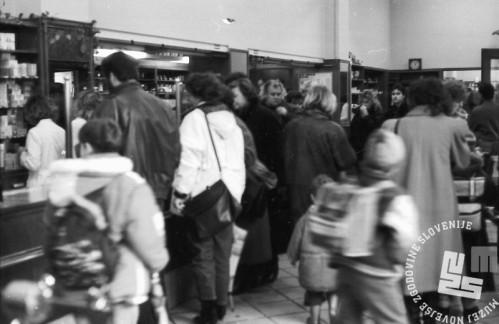 MC9101_11 Gneča zaradi prehladov v Centralni lekarni na Tromostovju, Ljubljana, 14. januar 1991, foto: Marjan Ciglič