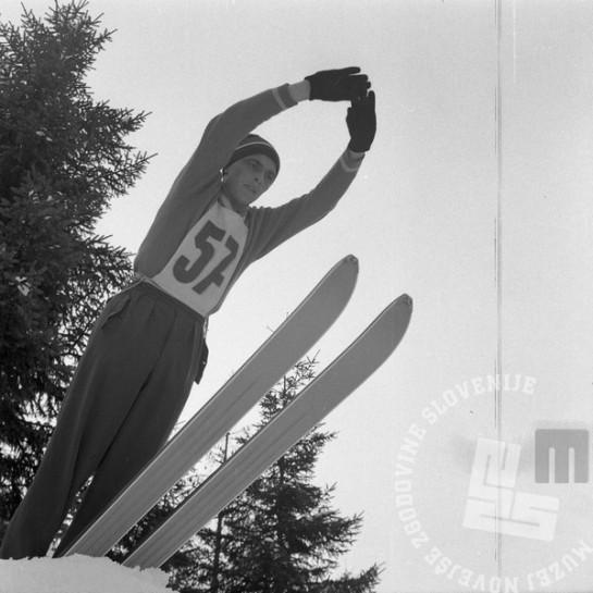 DE958_2: Jože Šlibar med skokom na Tednom smučarskih poletov v Planici marca 1960. Foto: Edi Šelhaus.