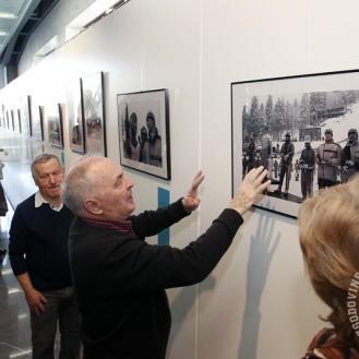 Jože Šlibar je obiskovalcem povedal nekaj svojih spominov na tekmovanja in skakalce, posebej pa na Obersdorf 24. 2. 1961, ko je tu s skokom 141 m dosegel svetovni rekord. Foto: Barbara Zajc, NLB.