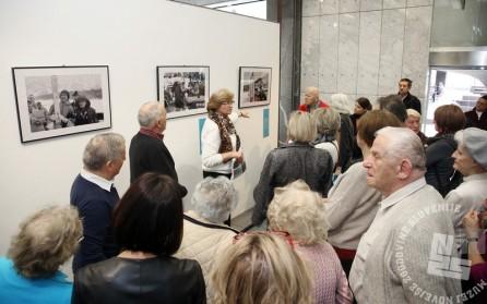 Obiskovalci so si razstavo ogledovali z velikim zanimanjem.Foto: Barbara Zajc, NLB.