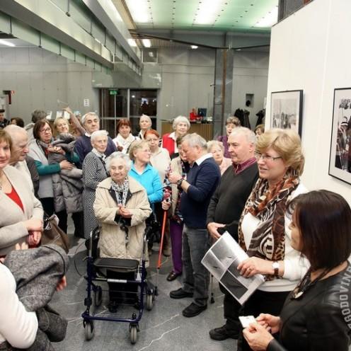 Po razstavi je vodila avtorica razstave Jožica Šparovec iz MNZS. Foto: Barbara Zajc, NLB.